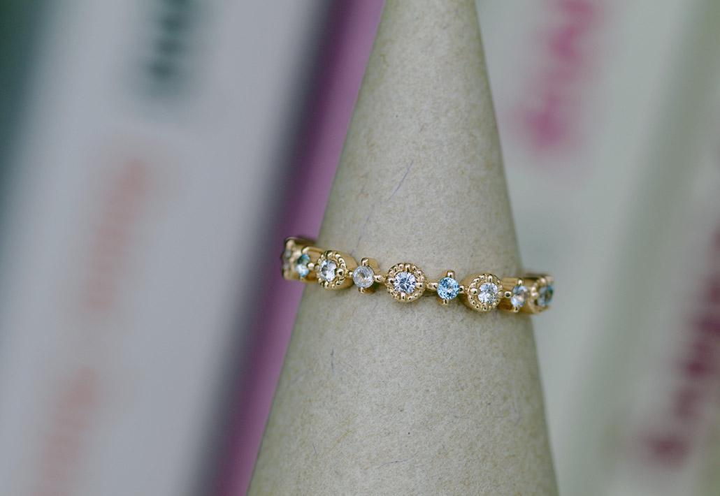 ミル打ちデザインでダイヤモンドを留めたフルエタニティリング