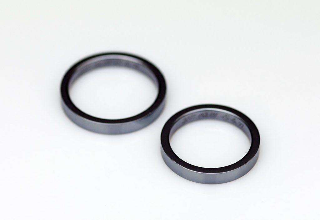 オシャレで希少なレアメタル・タンタルの平打ちリングの結婚指輪