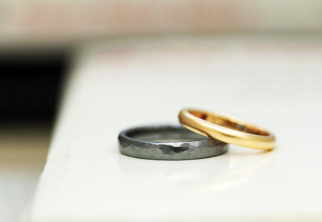 タンタルに鎚目模様を入れた結婚指輪