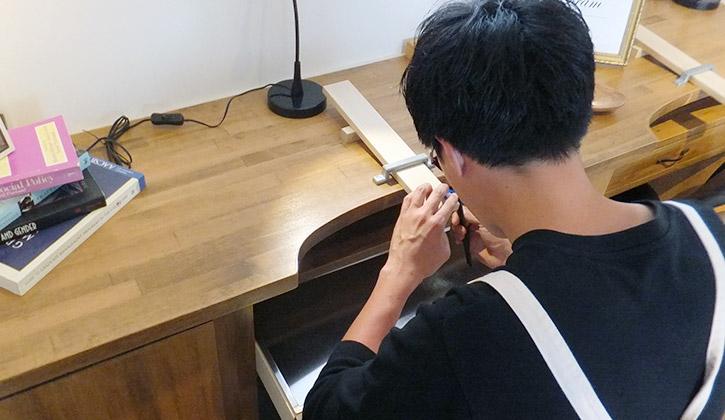 婚約指輪の手作り作業