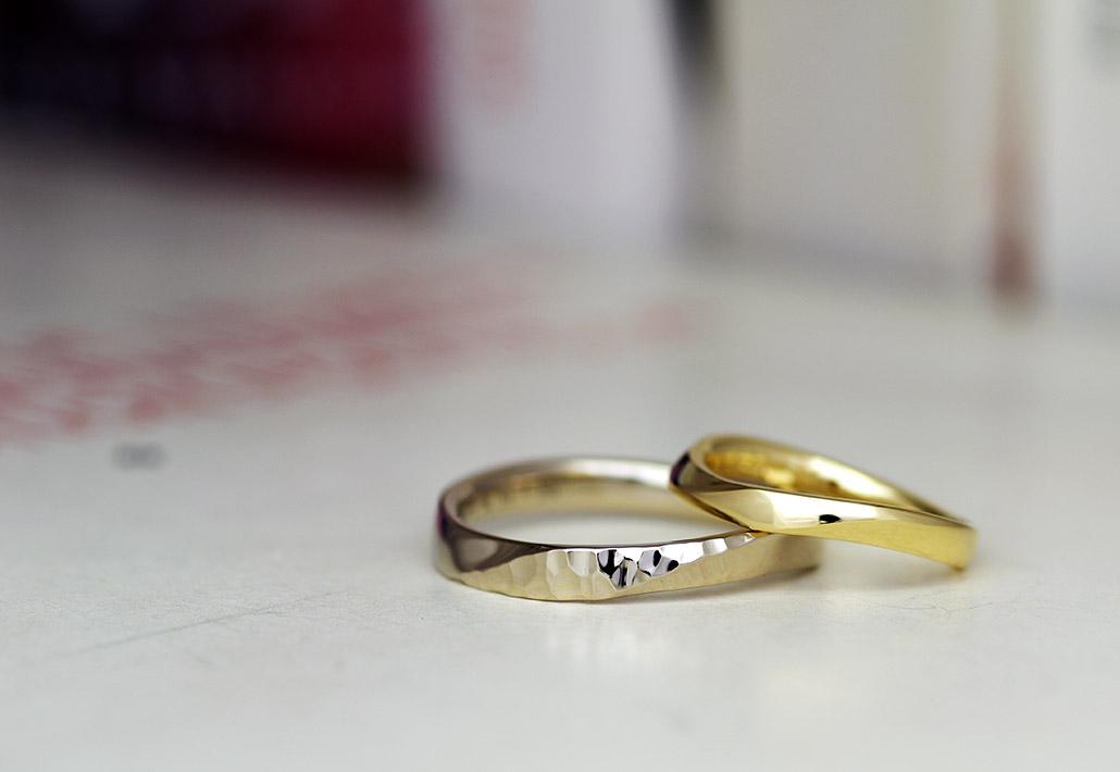 鎚目模様が入った結婚指輪