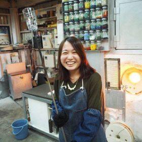 軽井沢でガラス作り体験をするスタッフ小林