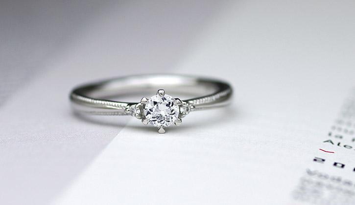 プラチナとミルグレインの組み合わせでとてもアンティークな婚約指輪(エンゲージリング)