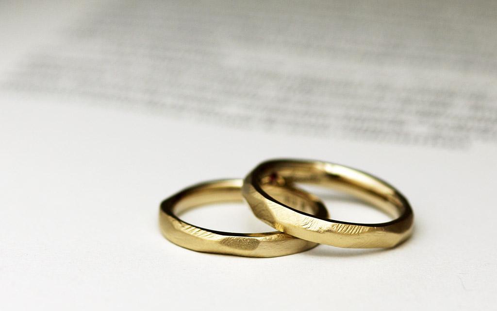 K18ブラウンゴールドとあえてクラフト感を残したテクスチャの組み合わせでアンティークのような味のある結婚指輪