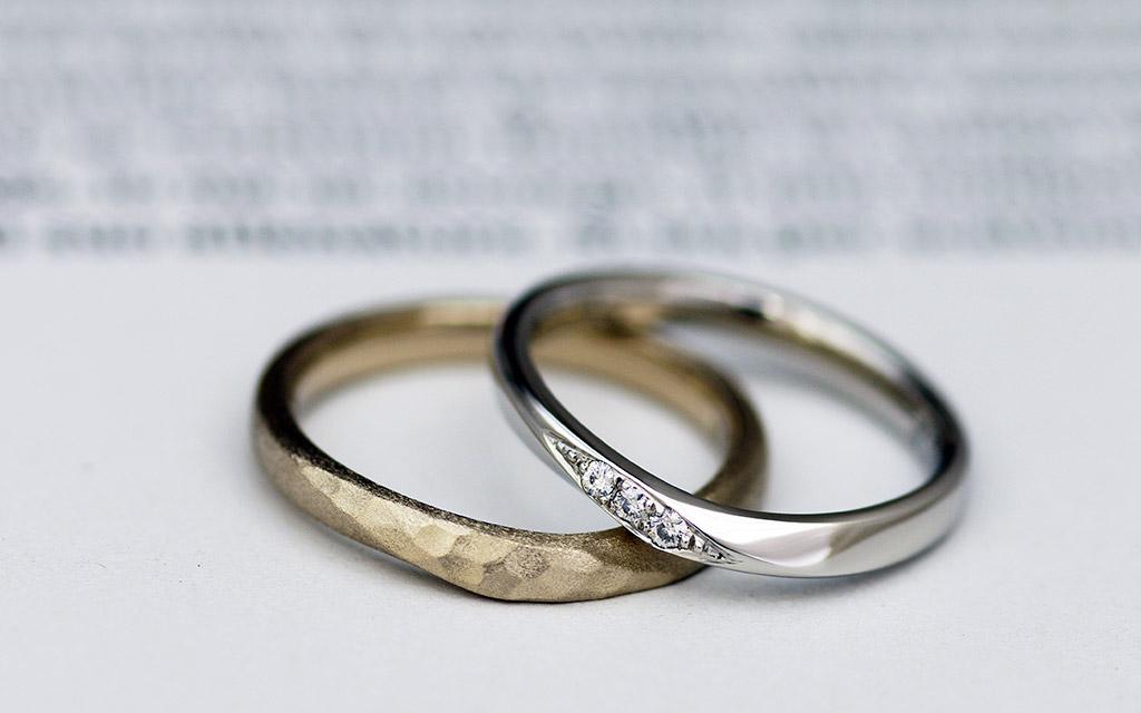 Vシェイプとウェーブを合わせたカーブに鎚目とダイヤモンドの結婚指輪(マリッジリング)