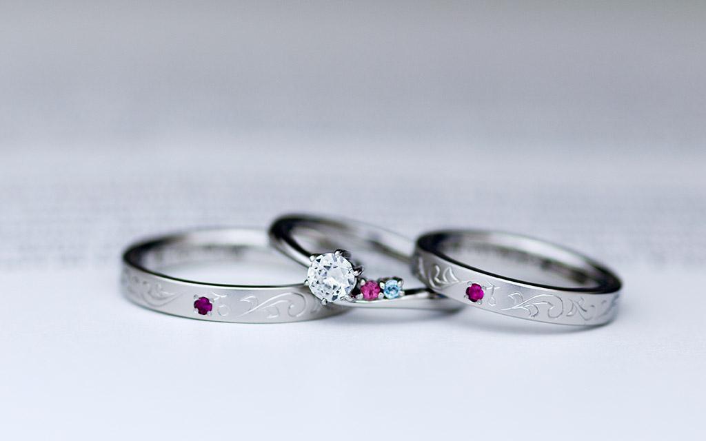 新潟のオーダージュエリー工房アトリエクラムで作られた職人による手彫り加工の結婚指輪と婚約指輪のセット