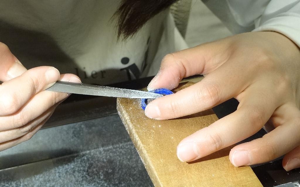 新潟の結婚指輪・婚約指輪の専門店アトリエクラムでご結婚指輪を手作りしている様子