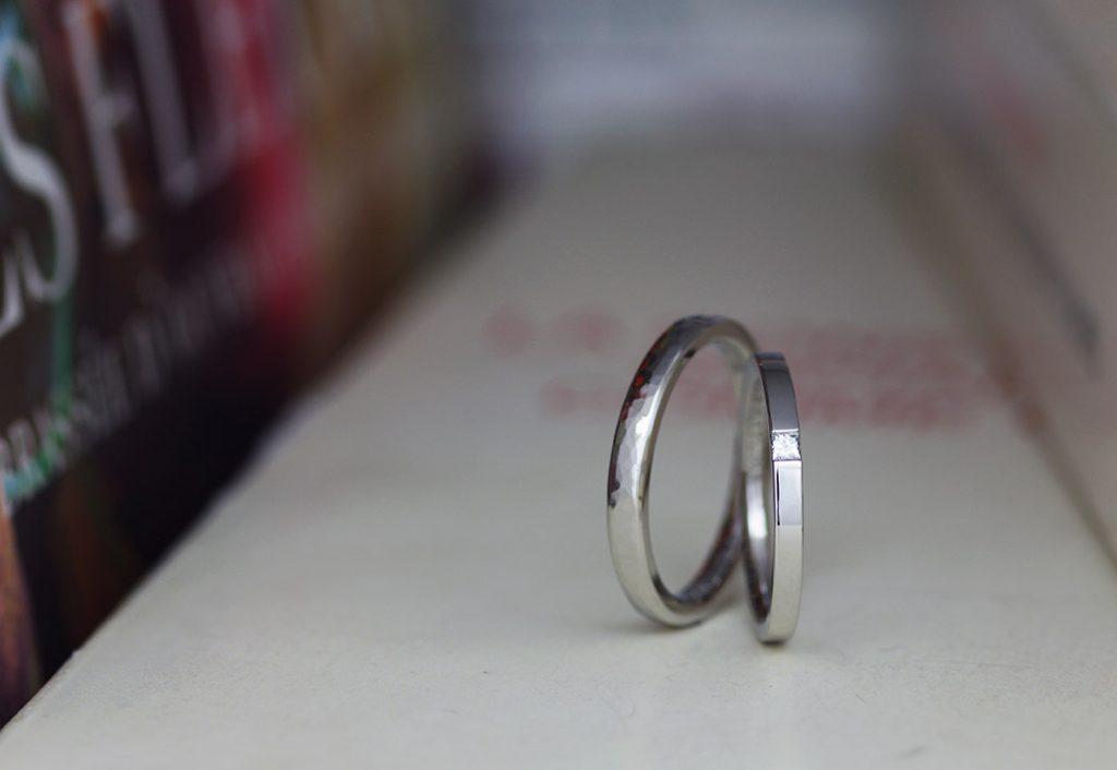 プラチナの表面をハンマーで叩いて鎚目のテクスチャを表現した結婚指輪