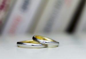 プラチナとイエローゴールドのコンビでオシャレ度マックスなウェーブ結婚指輪