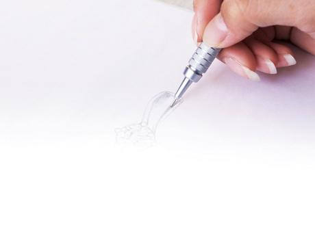 ご要望をお伺いして婚約指輪のデザイン画を描いている場面