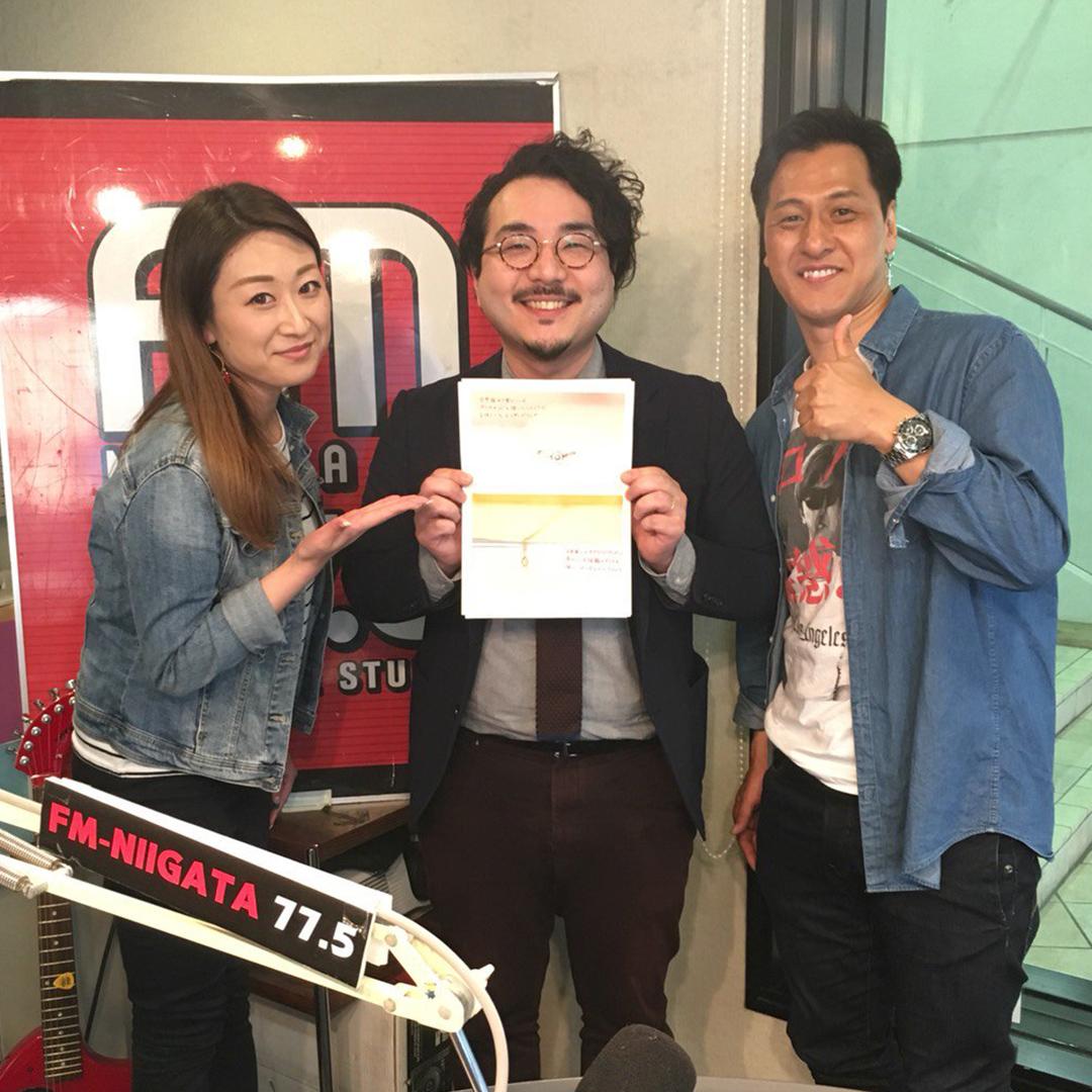 毎週木曜にFMNIIGATAで放送中のコーナーのラジオパーソナリティー(ミノルクリス滝沢と本間紗理奈)とアトリエクラムのスタッフ