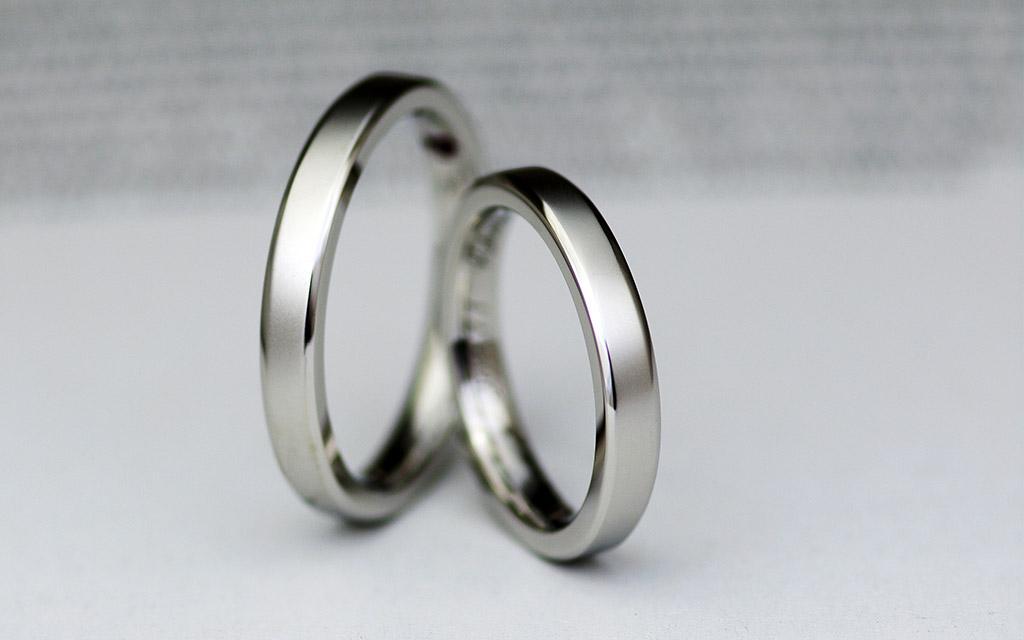 プラチナ950製の角落ちの平打ち結婚指輪(マリッジリング)
