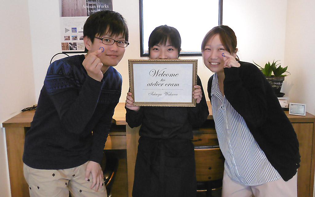 アトリエクラム新潟店で結婚指輪を手作りした阿賀野市の夫婦とアトリエクラムのスタッフ