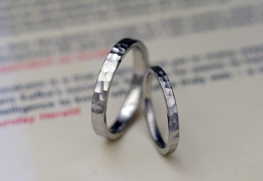 サテン仕上げのカスタムオーダーデザインの結婚指輪