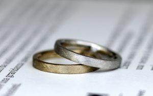 ランダムなテクスチャーでマット加工を施したゴールドとプラチナのシャレオツな結婚指輪