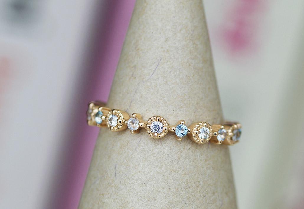 ダイヤモンドとブルートパーズとアクアマリンが並ぶフルエタニティのアンティークエンゲージリング