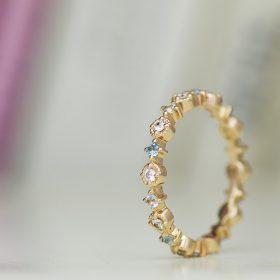 華奢で可愛らしいエタニティタイプのエンゲージリング(婚約指輪)