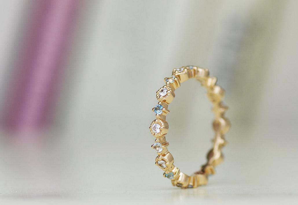アンティークデザインでもありキュート系のエタニティタイプのエンゲージリング(婚約指輪)