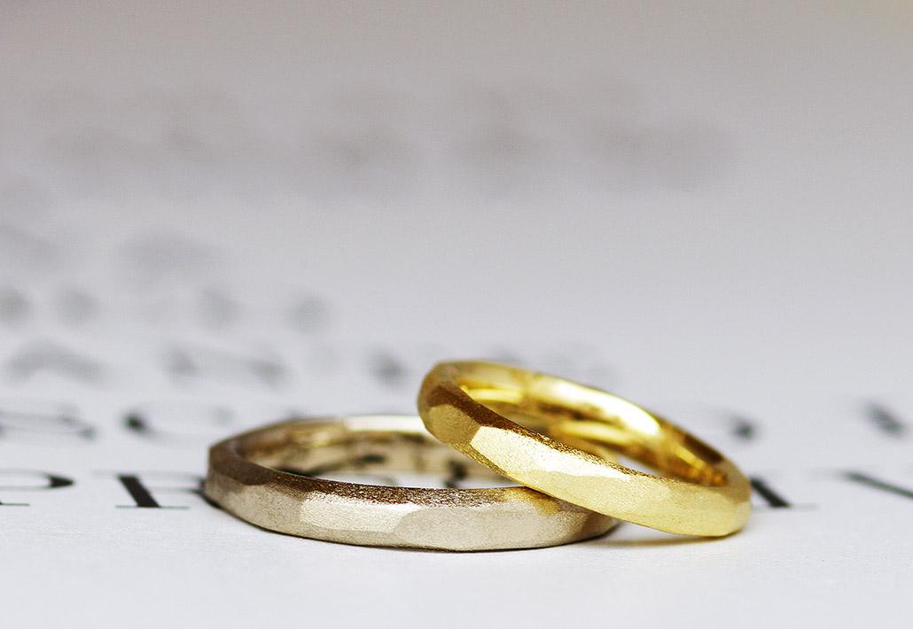 イエローゴールドとブラウンゴールドのおしゃれな槌目とマット加工のマリッジリング