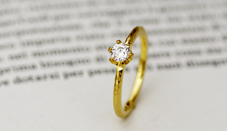 ヴィンテージのような鎚目テクスチャの入ったアンティークな婚約指輪(エンゲージリング)