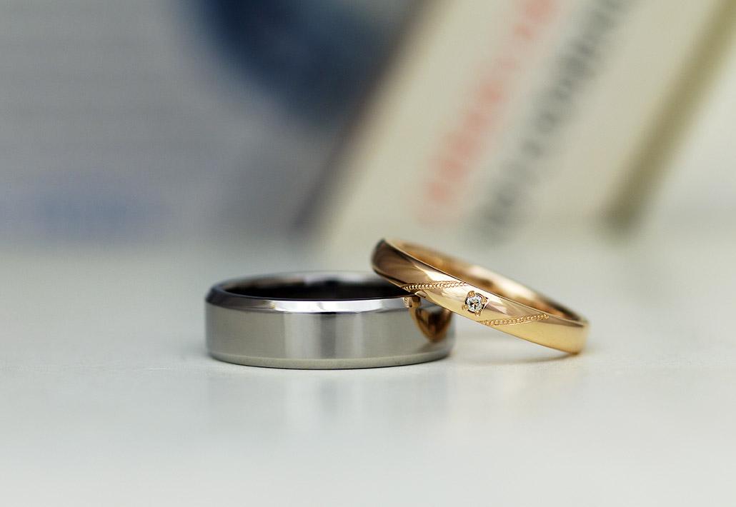 角を面取りしたチタン製のメンズ結婚指輪と甲丸のレディース結婚指輪