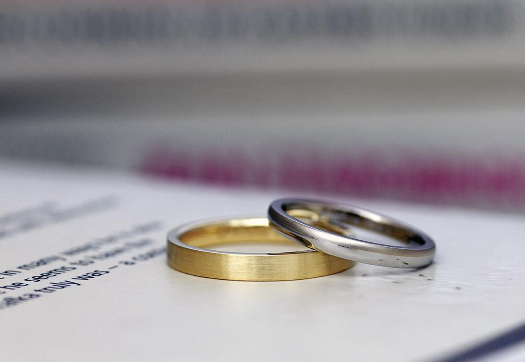 平打ちリングと甲丸リングのデザイン違いの組み合わせの結婚指輪