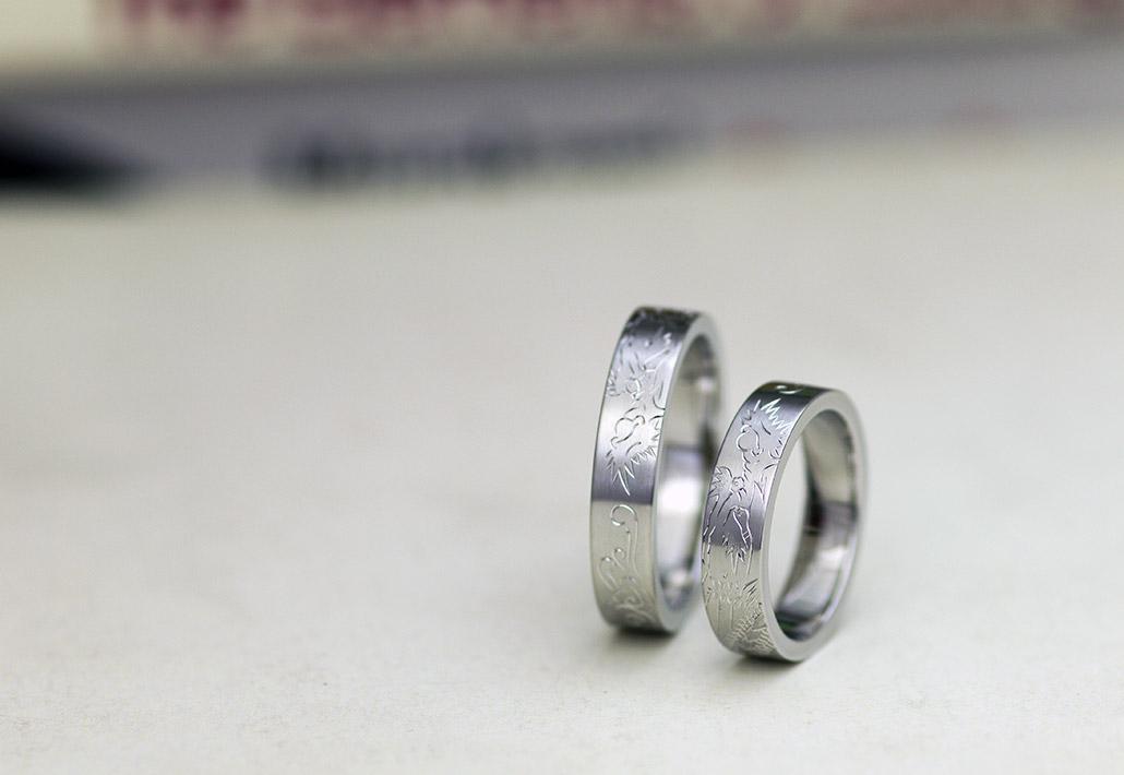 ドラゴンの彫りが入った極太平打ち結婚指輪