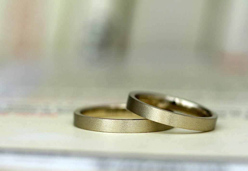 つや消し仕上げの平打ちストレートデザインの結婚指輪