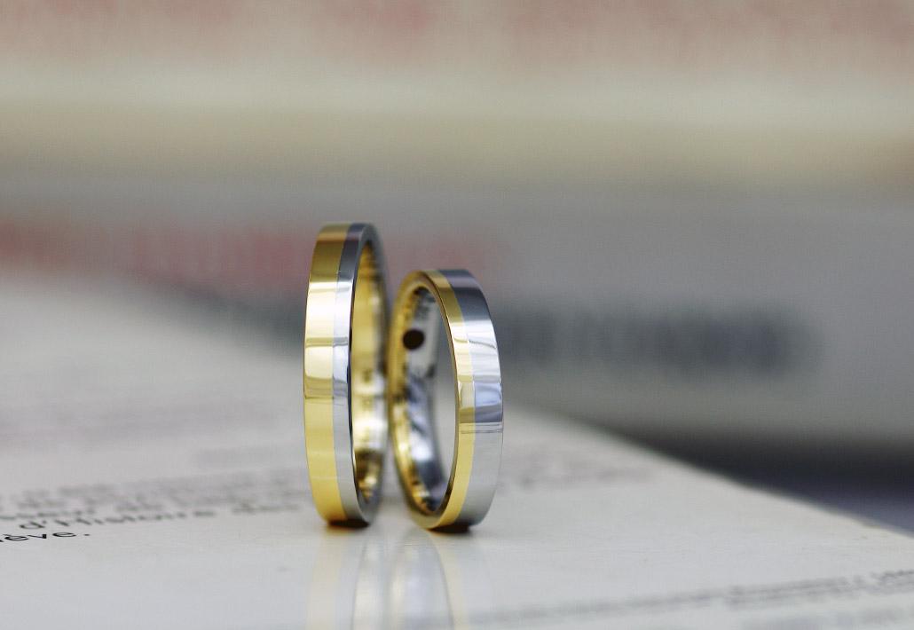 プラチナとゴールドのコンビデザインの結婚指輪