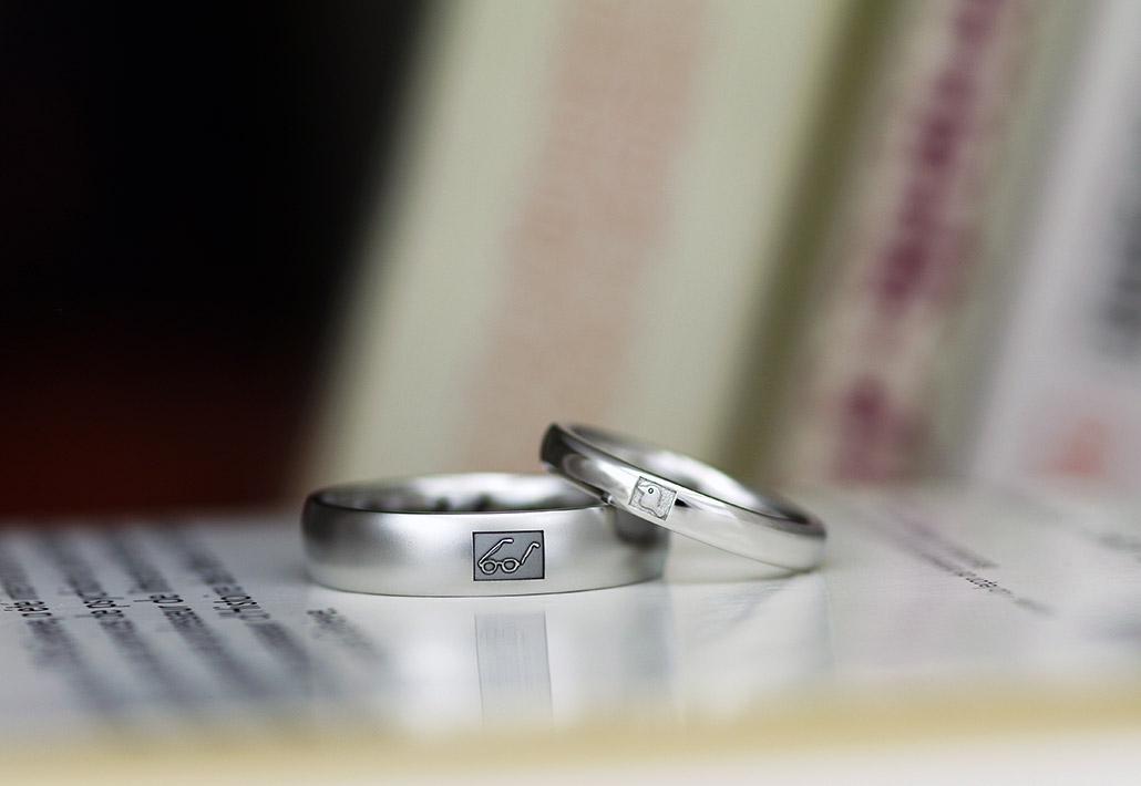 好きなモチーフをアイコンにした極太の結婚指輪