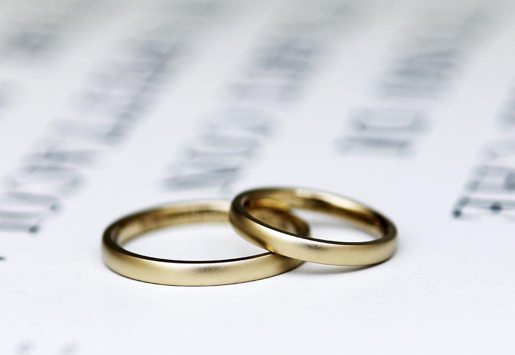 ブラウンゴールドの甲丸ストレートの結婚指輪(マリッジリング)