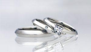同じデザインの結婚指輪とプリンセスカットダイヤの婚約指輪のセットリング