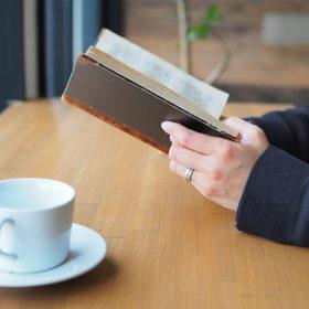 新潟県にあるブライダルジュエリーをオーダーできるアトリエクラム新潟店のカフェカウンター