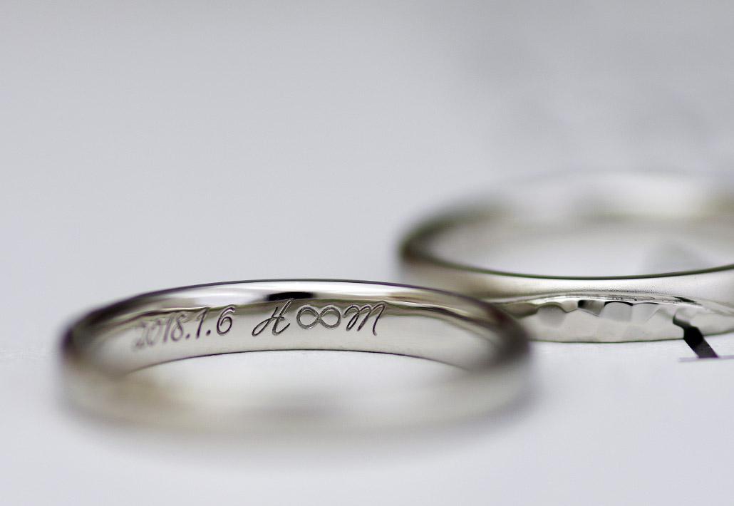 イニシャルとインフィニティ(無限)マークが刻印された結婚指輪