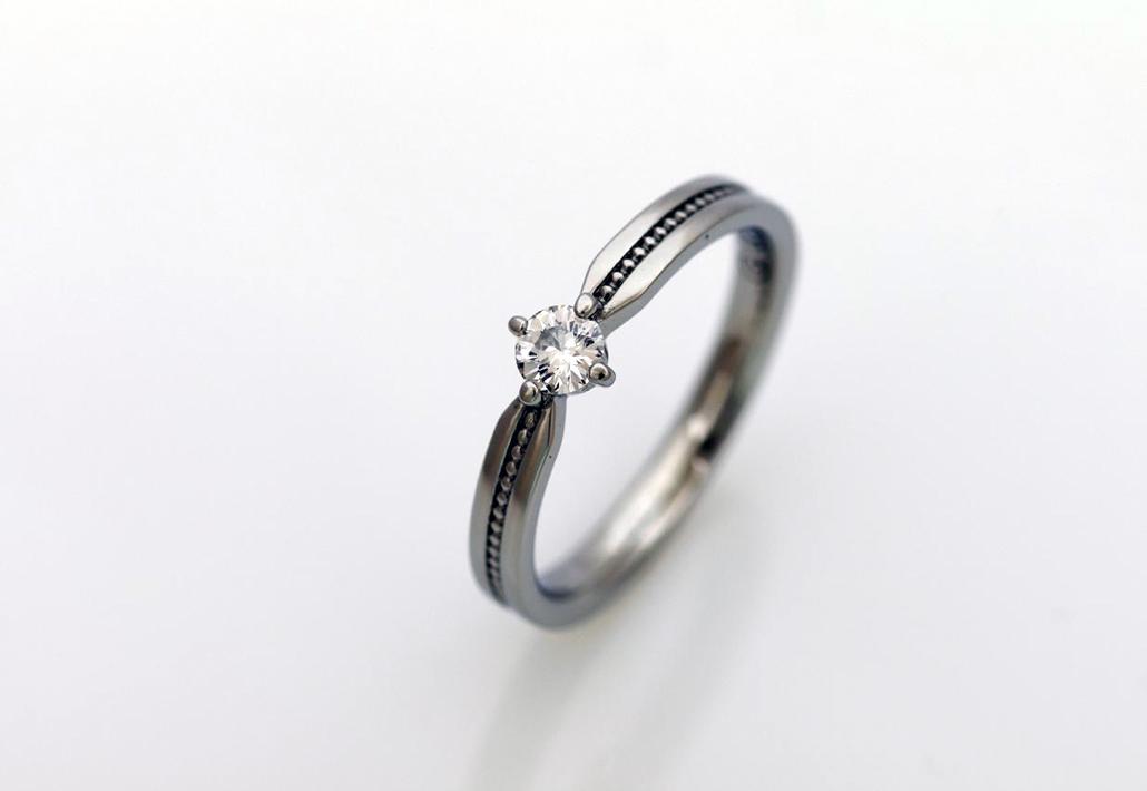 アレルギーフリー素材のサージカルステンレスで作られた婚約指輪(エンゲージリング)
