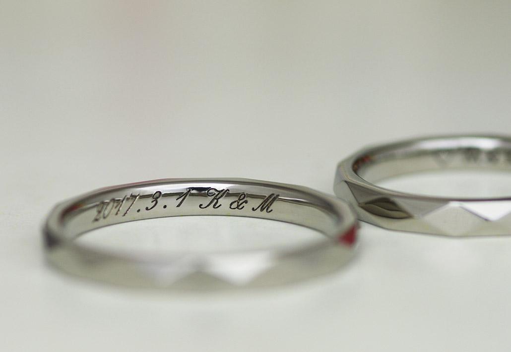 金属アレルギーフリーのチタンで作ったカットデザイン(カットリング)の結婚指輪(マリッジリング)に刻印されたフォント文字