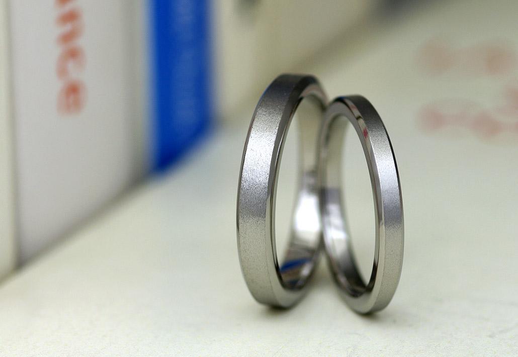 アレルギーフリー(金属アレルギー対応)素材のチタンで作ったシンプルな平打ちデザインの結婚指輪(マリッジリング)