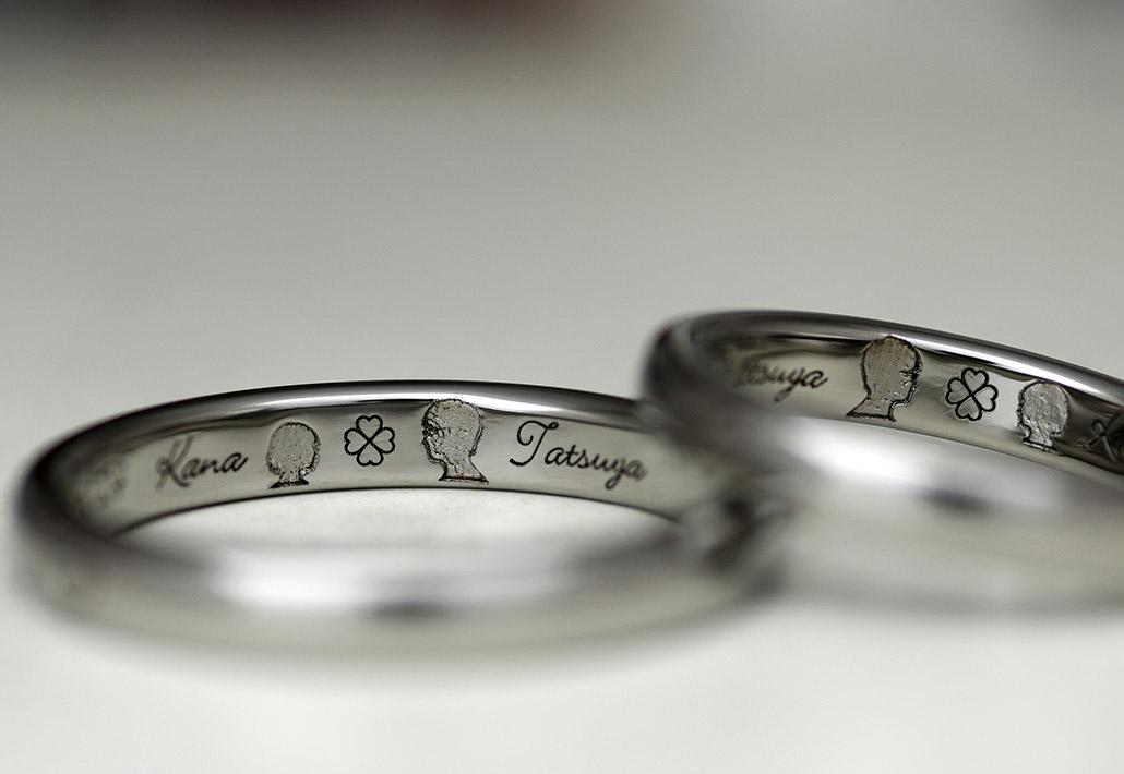 金属アレの方にオススメの対応素材であるチタンで作ったシンプルな平打ちデザインの結婚指輪(マリッジリング)に刻印された顔のシルエット