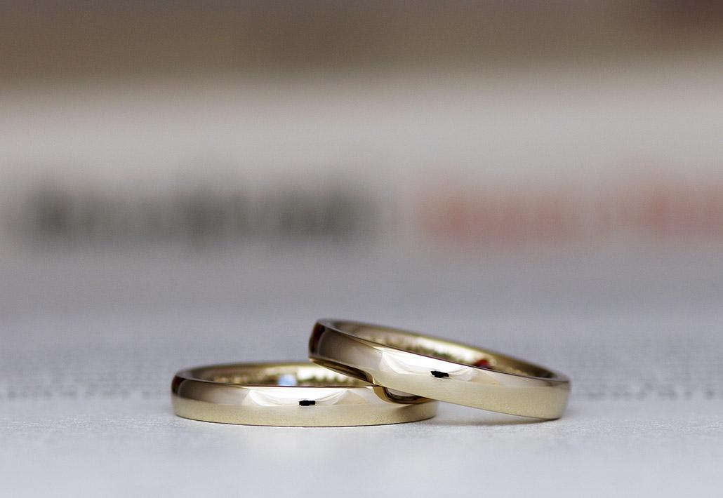 シャンパンゴールドにも似た色で人気のブラウンゴールド製の甲丸ストレートデザインの結婚指輪(マリッジリング)