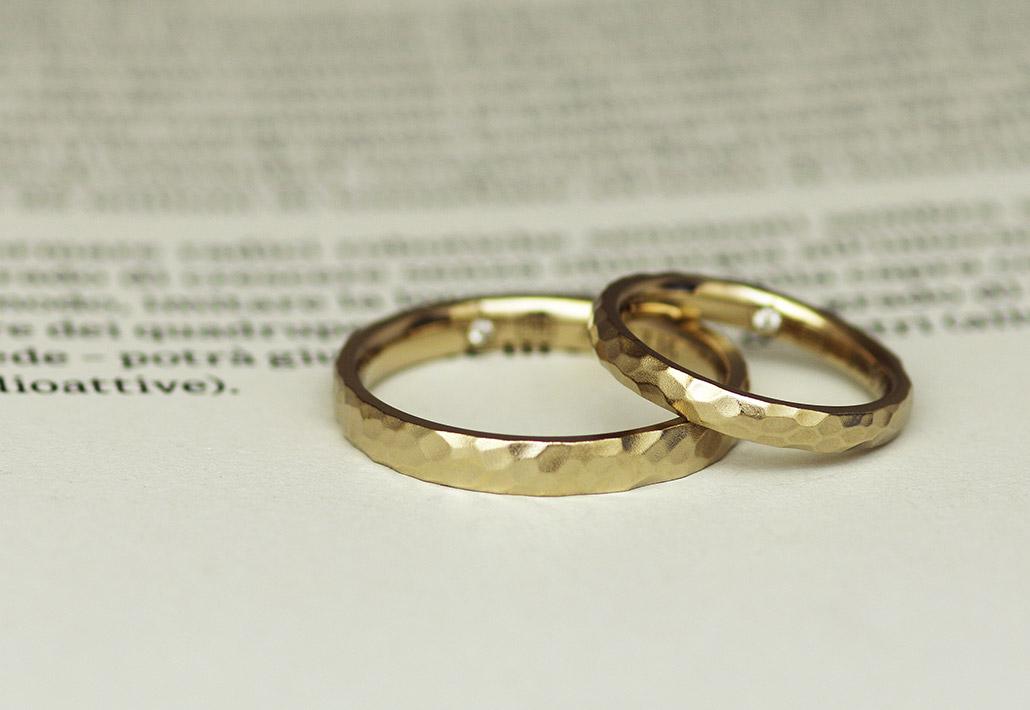 槌目(鎚目)模様が入ったブラウンゴールドの結婚指輪(マリッジリング)