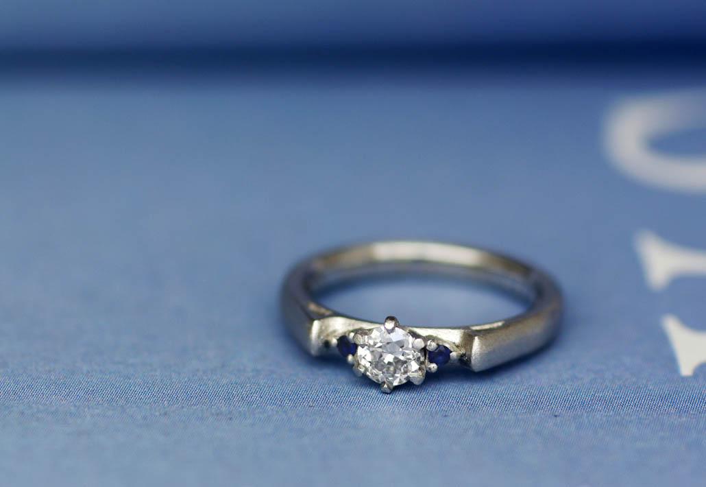 プラチナ素材のシンプルなウェーブデザインの婚約指輪(エンゲージリング)