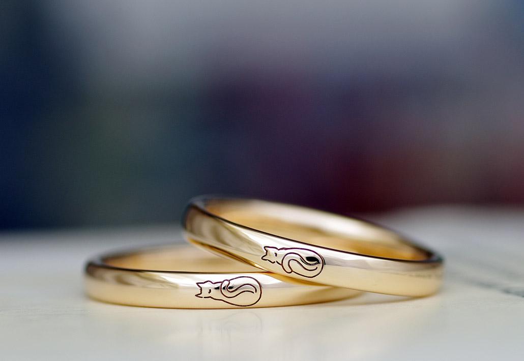 かわいい猫のイラストが刻印されたピンクゴールドの結婚指輪(マリッジリング)