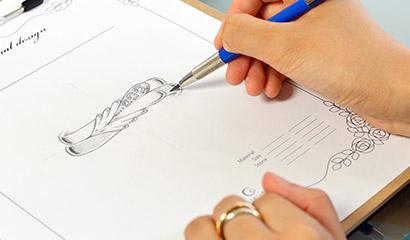 アトリエクラムのオーダーメイドの依頼でスタッフが描いている指輪のデザイン画
