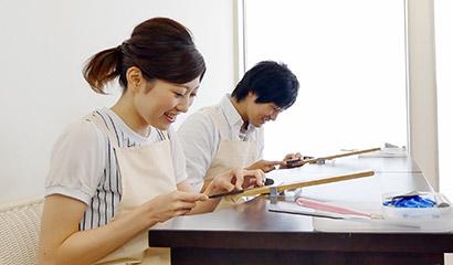 新潟県のブライダルジュエリーショップのアトリエクラム新潟店で指輪作りをしているカップル