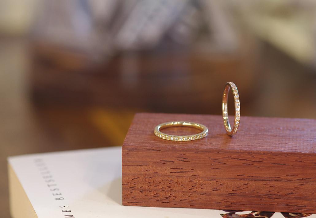 イエローゴールドとピンクゴールド素材のフルエタニティデザインの婚約指輪(エンゲージリング)