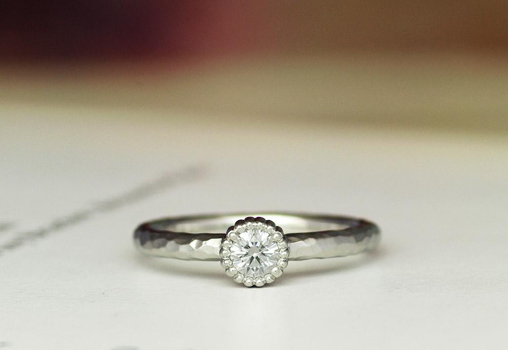 プラチナ製のアンティーク感があるフルオーダーメイドの婚約指輪(エンゲージリング)