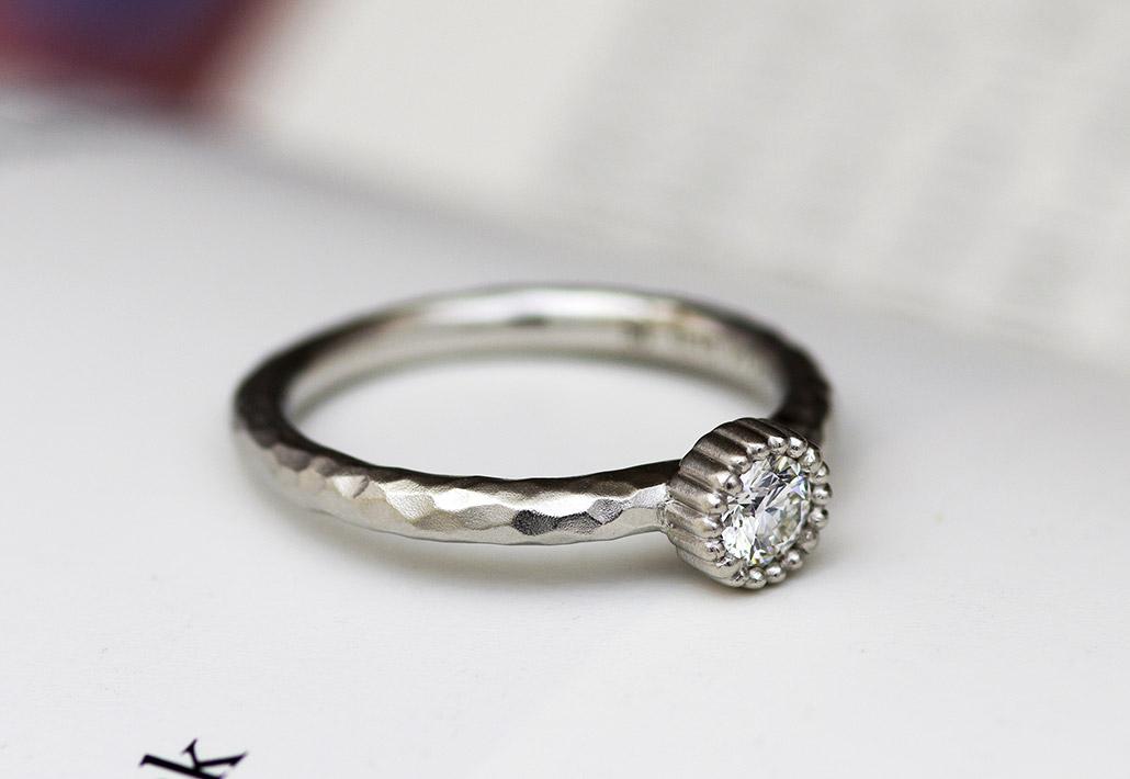 槌目の入った個性的でクラシカルなアンティーク婚約指輪