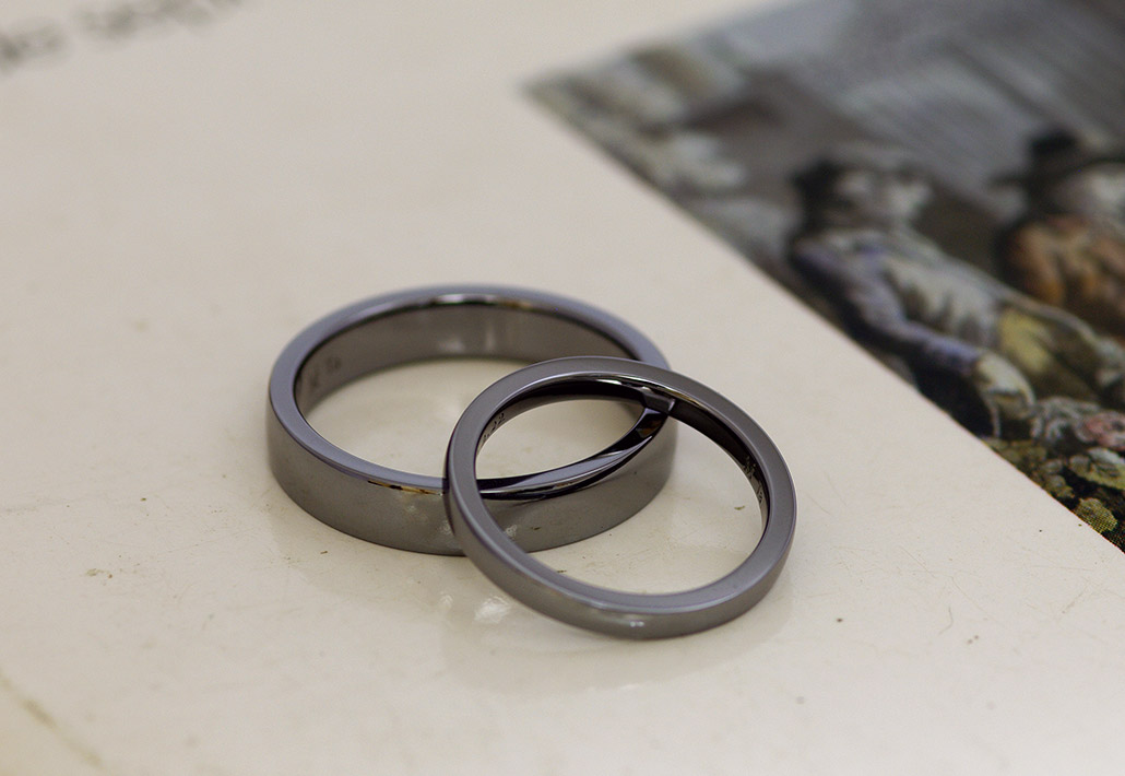 アレルギーフリー素材の黒い色味をしたタンタルで作った結婚指輪(マリッジリング)