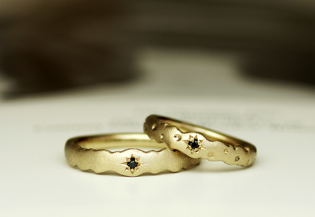 もこもことした個性的なオーダーメイドの結婚指輪(マリッジリング)