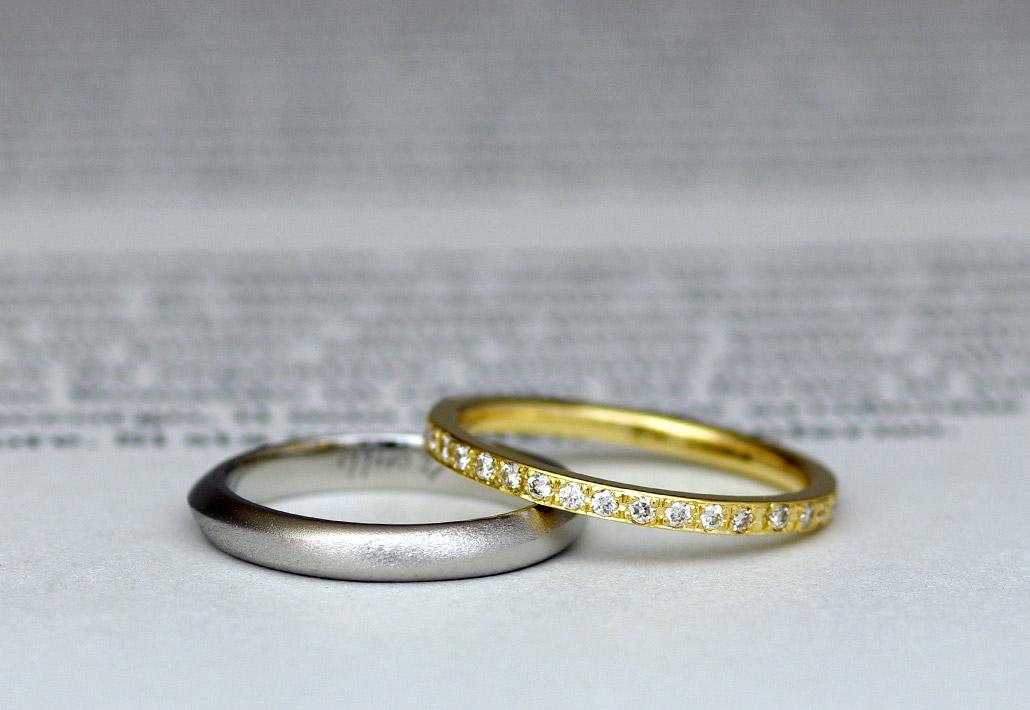 プラチナのマット加工が施された結婚指輪とイエローゴールドのエタニティリング